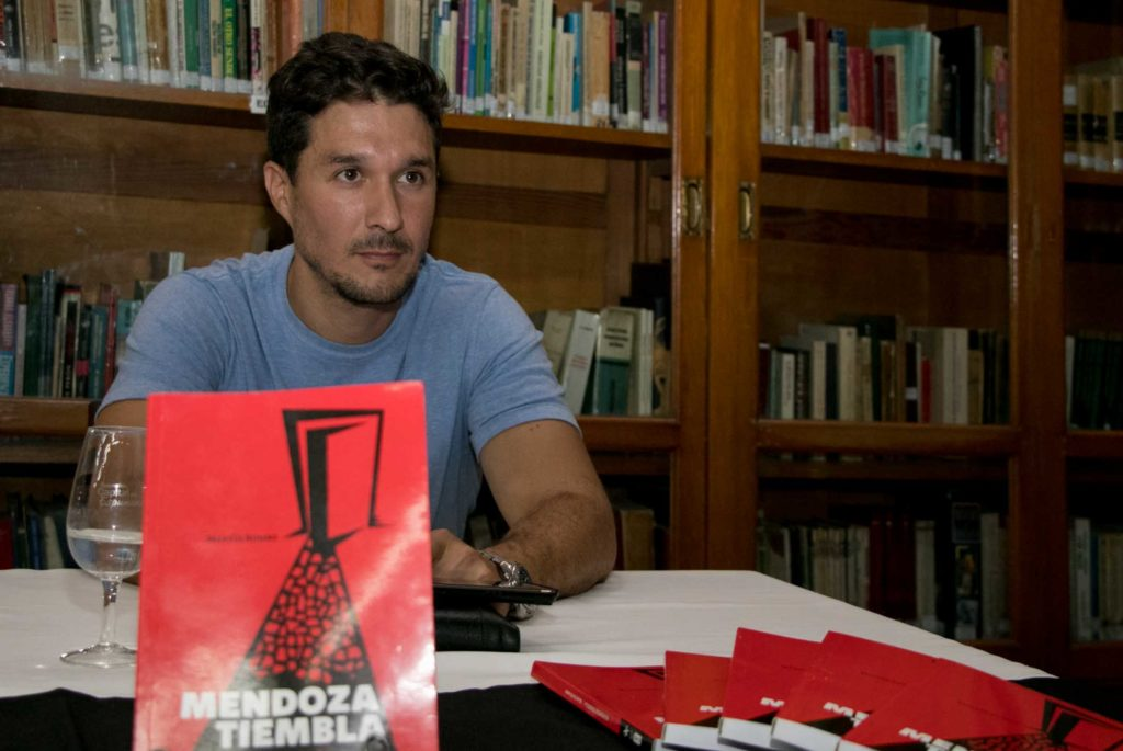 Martín Rumbo presentó «Mendoza tiembla» en la biblioteca Almafuerte