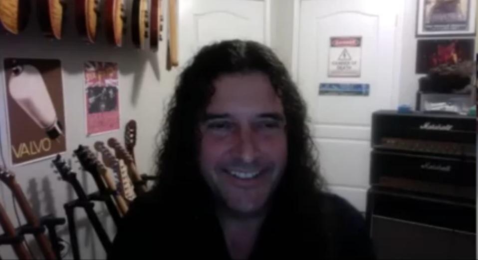 «Me gusta tocar mis escalas, en guitarras con cuerdas de nylon» Brian Young