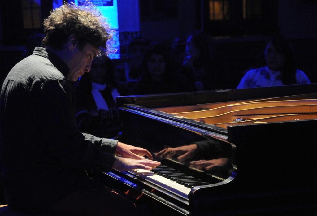 Un artista y su piano en la Mansión Stoppel